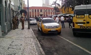 Homem atira contra carro, fere dois e atinge prédio da Gazeta do Povo no Centro de Curitiba