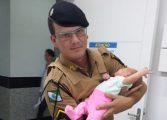 Policial salva recém-nascido com parada respiratória que tinha se engasgado com leite