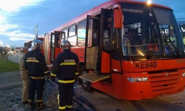 Biarticulado tem princípio de incêndio e passageiros precisam descer às pressas