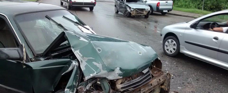 Motorista perde o controle do carro e causa grave acidente em Araucária