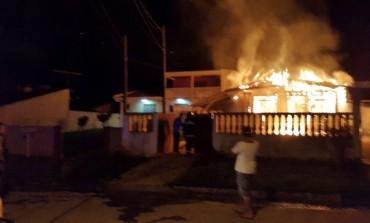 Casa é totalmente consumida pelo fogo em Araucária