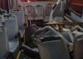 Caminhão bate em madrugueiro que esperava trabalhadores e seis ficam feridos