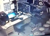 Bandido agride empresária a chutes e coronhadas durante assalto, veja o vídeo