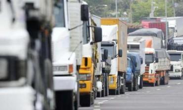 Caminhoneiros fecham Rodovia do Xisto em Araucária; Alternativa é Av. das Araucárias