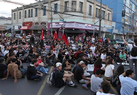 Em primeiro ato contra passagem de ônibus, manifestação fecha ruas no Centro