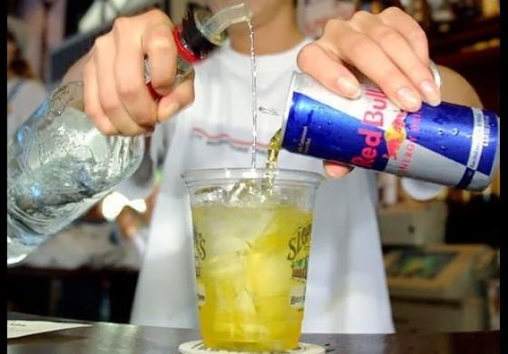 Cardiologistas alertam para perigo da mistura de álcool com energético