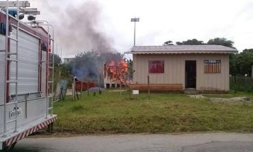 Casa pega fogo em Araucária e suspeita é que menina de 15 anos grávida ateou fogo