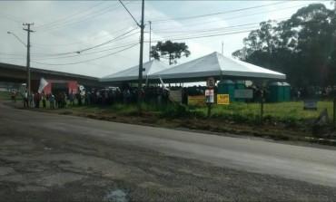 Trabalhadores fazem manifestação em frente a Petrobras de Araucária, motivo é apoiar a democracia