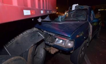 Em Araucária, caminhonete bate em caminhão estacionado e ocupantes ficam em estado grave