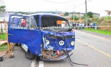 Acidente entre Kombi e caminhão deixa um morto e um ferido em Araucária; Veja fotos