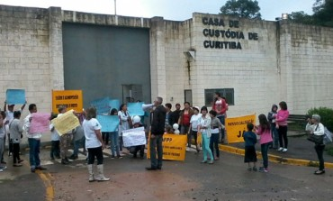 Mães de presos fazem protesto em Casa de Custódia