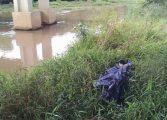 Corpo de jovem é encontrado preso a pilar dentro de rio