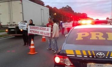 Rodovia do Xisto em Araucária é bloqueada por manifestantes; Falta de passarela é o motivo
