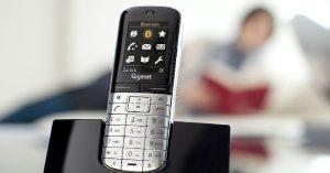 o-gigaset-sl-400-e-um-aparelho-fixo-sem-fio-com-cara-de-smartphone-possui-recursos-como-mp3-bluetooth-sincronizacao-com-agendas-externas-botoes-dedicados-mas-o-preco-tambem-e-de-