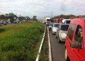 Manifestantes fecham rodovias para protestar contra terceirizações