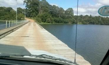 """Além de péssimas condições, ponte sobre barragem em Araucária sofre furtos de """"pranchões"""""""