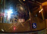 Motorista briga no trânsito, provoca acidente e abandona crianças especiais dentro do ônibus