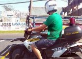 Homem sem farda é flagrado usando motocicleta e capacete da PM