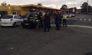 """LINHA ARAUCÁRIA / CIC: """"Birra"""" entre URBS e COMEC deixa passageiros desembarcarem fora de terminal"""