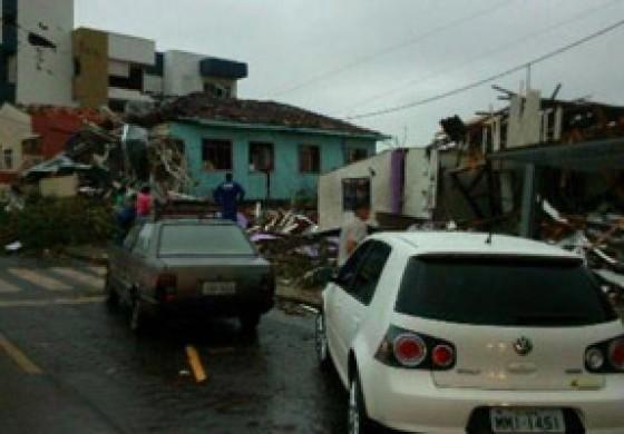 Mais de 10 mil pessoas foram atingidas por tornado em Santa Catarina