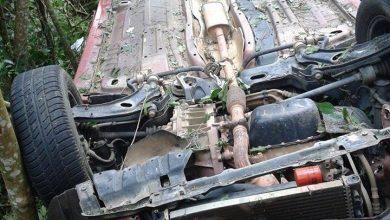 """Foto de Motorista perde controle e carro """"voa"""" para o matagal em Araucária"""