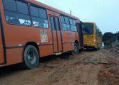ARAUCÁRIA / CONTENDA: Ônibus atola e obriga usuários a pegarem outro para seguir viagem