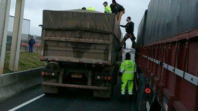 Foto de Mulher se joga de passarela e cai em cima de caminhão