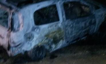 Carro é incêndiado em Araucária com corpo dentro de porta malas
