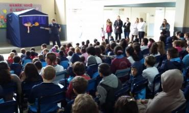 Alunos da João Sperandio assistem teatro sobre bullying e violência