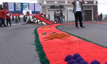 Fiéis acordam cedo em Araucária para confeccionar tapetes de Corpus Christi