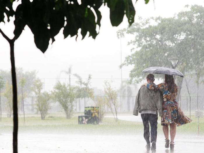 CHUVA 001 SAO PAULO 02.02.2010 OE CIDADES METROPOLE CENA Pedestres com seus guarda - chuvas atravessam o Parque do Povo, no bairro de Cidade de Jardim, zona sul da cidade, durante a chuva desta tarde de terça - feira. FOTO TIAGO QUEIROZ/AE