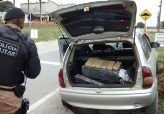 Jovem leva a pior e é preso com 120 quilos de maconha em Araucária