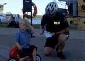 Menino de 3 anos em moto de brinquedo é 'multado' no Canadá