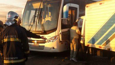 Foto de Acidentes em sequência deixam dois feridos e trânsito congestionado; ônibus e de empresa araucariense