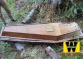 Caixão aberto é encontrado nos fundos de cemitério com cabelos loiros e calcinha dentro