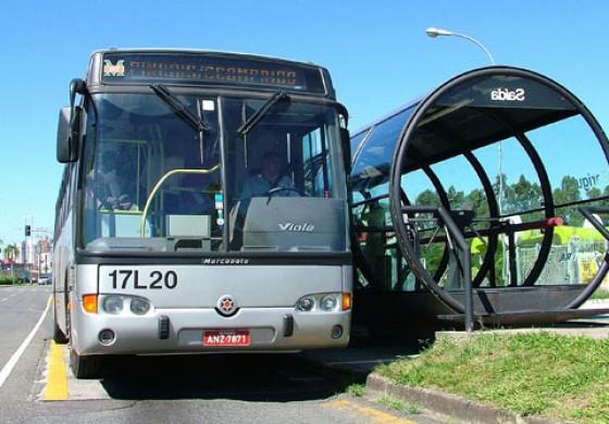 Ônibus de 4 empresas atrasam e causam caos em terminais; sindicato abre indicativo de greve