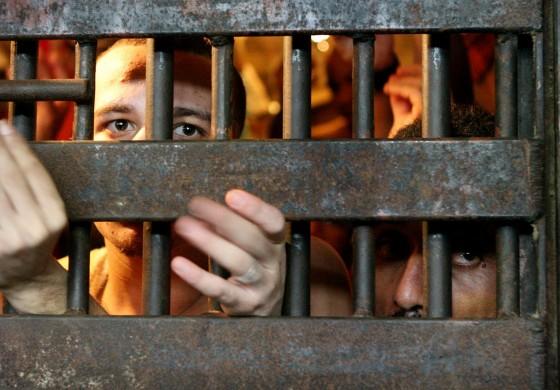 Mais de 2.100 presos no regime semiaberto terão saída temporária no Paraná