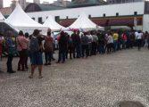 Feira de emprego atrai multidão de pessoas no centro de Curitiba
