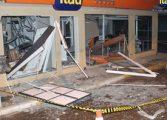 Bandidos invadem cidade da RMC para explodir caixa e fazem 'tiro ao alvo' em viatura da PM