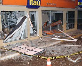 Foto de Bandidos invadem cidade da RMC para explodir caixa e fazem 'tiro ao alvo' em viatura da PM