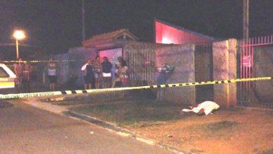Foto de Jovem é morto a tiros e crianças que brincavam se apavoram com cena