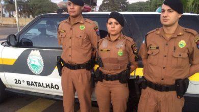 Foto de Policiais militares salvam menina de um ano que estava sem respirar dentro do carro