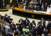 Comissão aprova parecer do impeachment por 38 votos a favor e 27 contrários