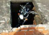 Polícia acha moto roubada em túmulo no interior do Paraná