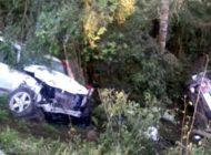 Carros caem em barranco após baterem de frente e uma pessoa morre na Rodovia do Xisto em Contenda