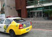 Três homens armados invadem Shopping Crystal no Batel e fogem com dinheiro e produtos eletrônicos