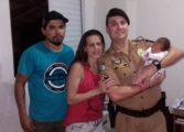 Policial ajuda pai pelo telefone a salvar recém-nascido engasgado