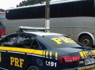 PRF retém dois ônibus clandestinos com trabalhadores estrangeiros em Araucária