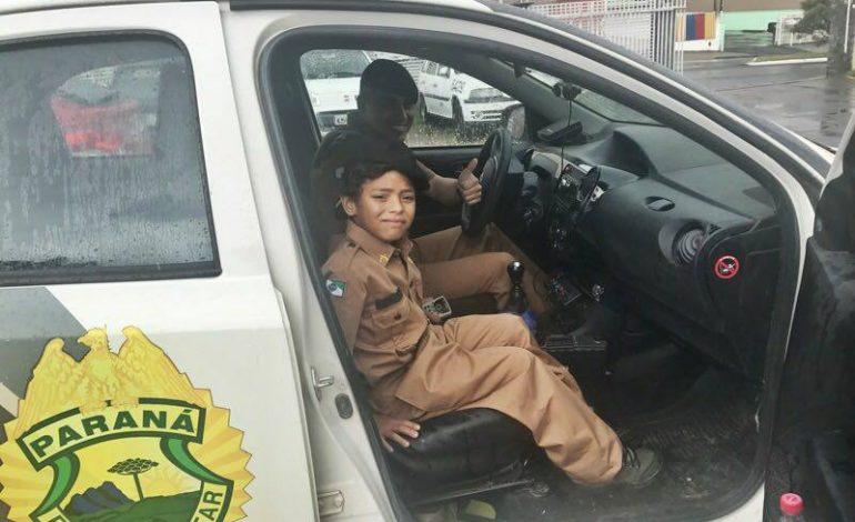 Polícia Militar de Araucária realiza sonho de criança e a presenteia com mini farda