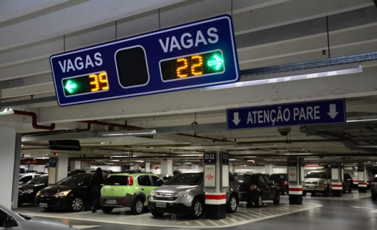Na correria das compras, curitibanos levam até uma hora em estacionamentos de shoppings